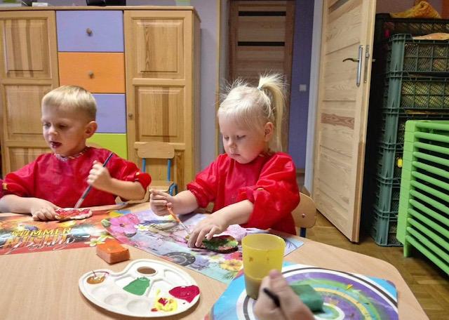 Najmłodsze przedszkolaki podczas pracy plastycznej.